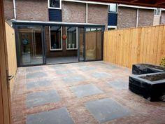 Bestrating aangelegd met gebakken waalformaat Oud Lienden & Keramische tegels Basaltina Olivia Black