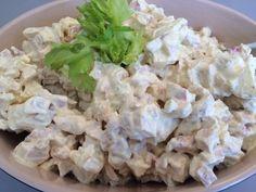 En let og lækker kyllingesalat som er dejlig med en salat eller på et stykke godt brød. 500 ml. Skyr 4-5 spsk. Mayonnaise 1-2 tsk. Karry 1 tsk. Gurkemeje 1 tsk. Løgpulver Salt 2 stk. Æbler i små tern 2-3 stængler bladselleri i små tern 400-500 g. Kyllingekød i tern (jeg snød og købte kyllingen…
