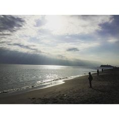 【yazeee1209】さんのInstagramをピンしています。 《青空になってきましたね🌤 The sun is comming out.  #海 #太陽 #晴れ #空 #稲村ガ崎 #江ノ島 #湘南 #ocean #sunshineday #sky #imamuragasaki #enosima🏄 #syounan #japan》