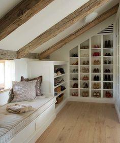 idée-de-meuble-sous-pente-rangement-chaussures-et-placard-sous-pente-pour-ranger-des-accessoires