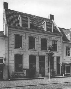 Voorstraat 79-81, Vianen. Een 16de-eeuws huis gaat schuil achter de in de 18de en 19de eeuw gewijzigde voorgevel, opname 1982 - Catharina van Groningen via DBNL