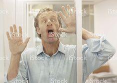 Homme d'affaires faisant face à un mur de verre photo libre de droits