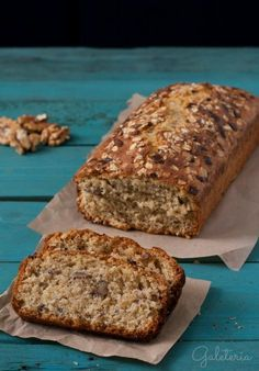 Receta de bizcocho de avena y nueces. Oatmeal and nuts bread recipe. Healthy Desserts, Delicious Desserts, Yummy Food, Tortas Light, Cookie Recipes, Dessert Recipes, Pan Dulce, Bread Cake, Desserts