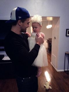 Stephen Amell <3. I love how close he is to his daughter. It makes so happy