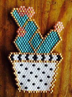 Mon cactus tissé avec des perles miyuki selon la méthode brick-stitch. Inspiration Rose Moustache. Mon idée : à décliner en broche décorative pour mes sacs cabas