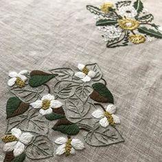 #embroidery #蓬莱和歌子 #刺繍 #ハンドメイド #大人の花刺繍 #四角の草花 #どくだみ #たんぽぽ 夜更かしばんざーい。