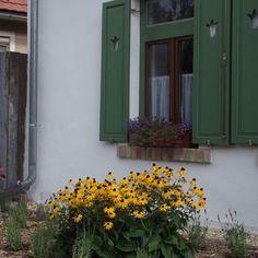 Égkőris Vendégház Bakonyszücs - Szallas.hu Vernacular Architecture, Cottage Homes, Pergola, Garage Doors, Country, Outdoor Decor, Plants, Houses, Home Decor