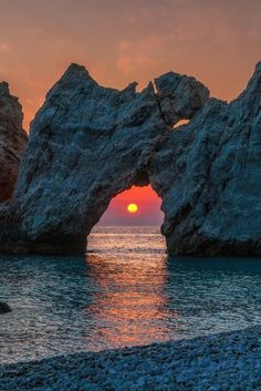 0ce4n-g0d:  Red sun and a hole in the rockbycarsten bachmeyer