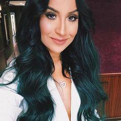 Para as minhas curiosinhas de plantão que ainda não me seguem no SNAP: TCHARAAAAAAAN!! ✨✨✨ Finalmente uma Bia coloridaaaaaa! Meu Deus! Como sonhei com esse cabelo há anoooos! Desde quando escureci que já tinha a intenção de me realizar num cabelo colorido estilo Kylie Jenner (OBS: só pintei o mega, sigo cuidando MT do meu) e então encontrei uma fadinha inspiradora: @jadeseba!! Que pessoinha agradável e serelepe que AMEI conhecer, que me levou na cabeleireira dela com toda boa vontade e fez…