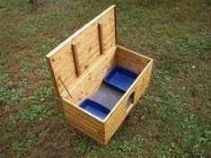 A cat litter box is not necessarily a nice thing to look at. A smart idea is to hide it somehow. Check out the cat litter box benches presented below. An aesthetic way to keep the litter box away from the sight. Hiding Cat Litter Box, Diy Litter Box, Hidden Litter Boxes, Litter Box Covers, Litter Box Enclosure, Dog Crate Cover, Diy Dog Crate, Devon, Cat Liter