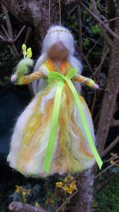 Feetjie in candy kleuren, de mix van hoge kwaliteit met sprankelende iriserende vezels wol. Neon groen lint. Haar bamboe met een krans van geassorteerde parels. Een boeket in de hand. Stuur in een geschenkdoos.