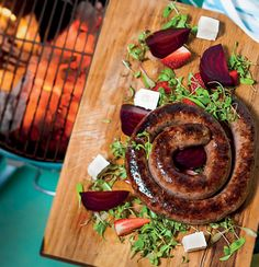 The best saus in the world! Boerewors with beetroot, feta and strawberry salad South African Dishes, South African Recipes, Cooking Over Fire, Cooking On The Grill, Food N, Food And Drink, Kos, Biltong, Beetroot