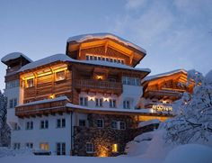 Enjoying an unique location in Sankt Anton am Arlberg, right next to the ski slopes and the Galzigbahn Cable Car, the superior Mooser Hotel offers. Great Places, Places To Go, Visit Maldives, Best Spa, Amazing Architecture, Luxury Travel, Lodges, The Good Place, Austria