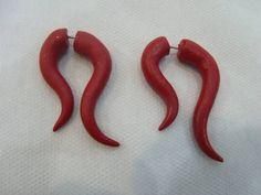 Falso Alargador U Vermelho Material: Cerâmica Plástica Cor: Vermelho R$ 30,00  www.elo7.com.br/dixiearte