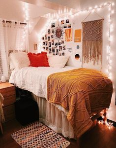 Best Ideas For Home Decor Bedroom Decor Ideas - Which direction should a bed face for peaceful sleeping? Bedroom Decor Ideas - How do I place my bed? College Bedroom Decor, Room Ideas Bedroom, College Dorm Rooms, Boho Dorm Room, Dorms Decor, Bohemian Dorm, Ysl College, College Rings, Funny College
