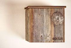 Briefkasten aus angewitterten Brettern einer alten Heuscheune. Als Namensschild kommt ein Sägeblatt zum Einsatz. Unbehandeltes Holz für den Außenbereich. Das lange Wind & Wetter Dasein macht es unempfindlich gegen Wettereinflüsse.  Maße ca. 30cm x 35cm x 12cm