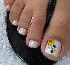 What Christmas manicure to choose for a festive mood - My Nails Pretty Toe Nails, Cute Toe Nails, Pretty Nail Art, My Nails, Toe Nail Color, Toe Nail Art, Nail Colors, Acrylic Nails, Pedicure Designs