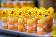 Festa Infantil - A Porquinha Manuela e o Girassol. Guloseimas, jujubas de iogurte no palito decorado com girassol artesanal.