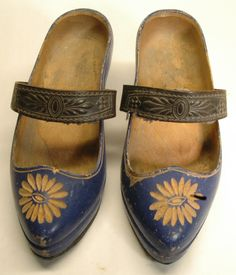 Vintage wooden shoes with straps - sabots à lanières