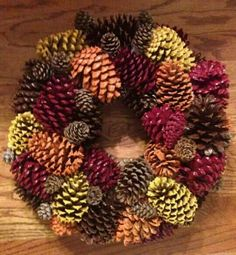 Coroa de natal feita com pinhas