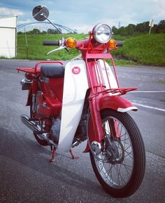 ◾️博多ラットカブ◾️ . 『C90郵政省向特別車』@machzzz 🤩🤩🤩 . MD90より前の極初期の郵政カブ(1969〜70年頃)だそうです😱😱😱 (ブログ=CUBき者のひとり言より引用) . カブは奥が深いですね😅😅😅 . . #スマイリーカブクラブ #ラットカブ組合… C90 Honda, Motorcycle, Vehicles, Rolling Stock, Motorcycles, Vehicle, Motorbikes, Engine, Tools