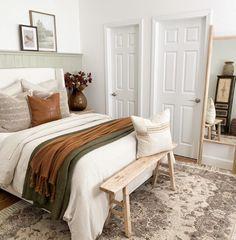Guest Bedrooms, Guest Bedroom Decor, Bedroom Seating, Bedroom Rustic, Guest Room, Home Bedroom, Master Bedroom, Cozy House, Home Decor Inspiration
