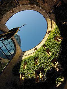Figueras e Cadaqués, Figueres, Teatro-Museo Dalí, Cortile interno