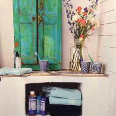 Lite badrumsinspiration från senaste @plazainterior Mugg blå/vit-mönstrad 55kr/st, tvål & lotion från Dr Bronner's från 139kr. #plazainteriör #roombutiken #inspiration #drbronners #badrumsinspiration