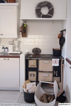 keittiö,puuhella,välitila,polttopuut,uuni