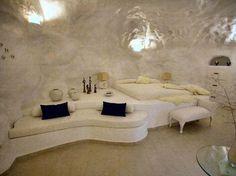 Blick in das Schlafzimmer mit Fernseher und gemauerten Bett, sowie ...