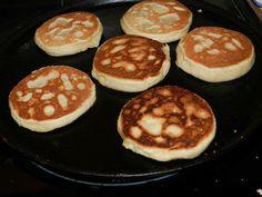 gorditas de azucar 2 tazas de harina 2 tazas de harina para hot cakes 1 taza de azucar 1 cuchara de rexal o royal 2 cucharas de vainilla 1 cuchara de canela molida 2 barritas de mantequilla 2 huevos leche tibia suficiente para formar masa ( menos de una taza) En un tazon puse la harina, el rexal, la azucar, y la canela , mezcle bien agregue la mantequilla , los huevos, y la vainilla, amase y finalmente agregue un poco de leche tibia , integrar bien ingredientes dejar por 10 min y hacer… Mexican Pastries, Mexican Sweet Breads, Mexican Bread, Real Mexican Food, Mexican Dishes, Mexican Food Recipes, Recipe For Mexican Sweet Bread, No Cook Desserts, Sweet Desserts