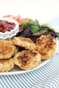 Cauliflower Nuggets: creamy on the inside, crispy on the outside and SO ADDICTIVE! Much healthier than most versions too! Use LC bread crumbs Veggie Dishes, Vegetable Recipes, Vegetarian Recipes, Savoury Dishes, Low Carb Recipes, Cooking Recipes, Healthy Recipes, Cauliflower Nuggets, Cauliflower Recipes
