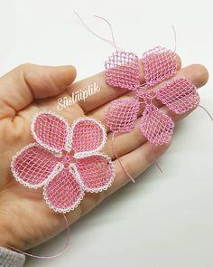 No photo description available. Chain Stitch Embroidery, Floral Embroidery, Embroidery Stitches, Crochet Dolls Free Patterns, Crochet Designs, Knitting Patterns, Filet Crochet, Irish Crochet, Crochet Flowers