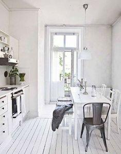 Si le blanc est votre couleur préférée, profitez-en pour composer une déco de cuisine autour de votre nuance favorite ! Peignez tous les murs et le parquet en blanc et installez le plan de travail, les placards, les étagères et les tiroirs dans une finition satinée blanc. Equilibrez les valeurs de couleurs avec une hotte en inox et une chaise de récup en acier brossé. Et admirez la déco charmante de votre nouvelle cuisine !