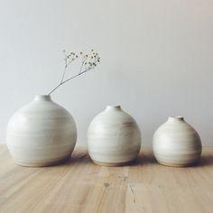 Roue levée trois grès blanc petit bourgeon vases par huseyinartik