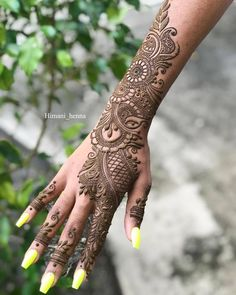 Girls paint their hands and legs with lovely and pretty new mehndi designs. These stunning mehndi designs are perfect for everybody. Latest Arabic Mehndi Designs, Back Hand Mehndi Designs, Henna Art Designs, Mehndi Designs For Girls, Indian Mehndi Designs, Mehndi Designs 2018, Stylish Mehndi Designs, Mehndi Design Photos, Wedding Mehndi Designs