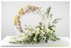 """..... 2014.4.15 성단 부활장식을 하기가 그리 만만치는 않지요?? 이웃님들과 함께 나누는 마음으로 엘랴의 에세이집 """" 님의 향기를 따라서"""" 에 실린 이미지를 모아 올려 봅니다. ^^ 이웃님...~ 각자의 신앙안에서 Unique Flower Arrangements, Unique Flowers, Flower Centerpieces, Flower Vases, Fresh Flowers, White Flowers, Church Flowers, Funeral Flowers, Table Flowers"""