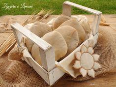 Il pane arabo è un pane schiacciato, morbido e ricco di mollica. Una sorta di focaccina. Si presta ad essere farcito ed è buonissimo.