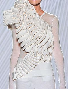 These remarkable sculptural effects obtained with the processing of knitting: part of the women's collection Spring / Summer 2013 by Liu Fang, fashion shows in Paris recently fabric manipulation Origami Fashion, 3d Fashion, Fashion Moda, Fashion Fabric, White Fashion, Fashion Details, Couture Fashion, Fashion Show, Fashion Design