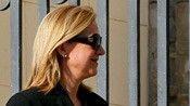El rey revoca el ducado de Palma a su hermana Cristina antes de que sea juzgada      La hermana del monarca está imputada desde 2013 por el 'caso Nóos'     El BOE publicará este viernes un real decreto firmado por Felipe VI     Toma la medida a pocos días de su primer aniversario en el trono Felipe VI ha revocado el derecho que tenía la infanta Cristina, imputada por delitos fiscales en el caso Nóos, para usar el título de Duquesa de Palma de Mallorca, ha anunciado esta noche la Casa del Rey