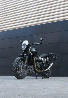 Moto transformada al Brat Style por Tamarit Motorcycles. Triumph Bonneville T120, Motos Triumph, Motorcycles, Motos Bobber, Cafe Racer, Ring, Vehicles, Style, Urban