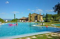Description: Kleinschalig gezellig en voordelig complex  In de Toscaanse heuvels Over kleine landweggetjes onder een heerlijk zonnetje kom ik aan bij Borgo del Faggio. Ik houd van dit deel van Toscane. De glooiende heuvels de rust de mooie stadjes en het Meer van Trasimeno in de buurt maken het heerlijk om hier te zijn. Borgo del Faggio zelf is ook een fijne plek. Om hier met je gezin te zijn is absoluut geen straf. Er zijn maar 22 appartementen en er is een grote tuin met een schitterend…