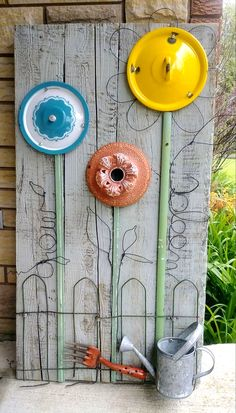 DIY Salvaged Junk Projects 518 - Funky Junk Interiors Pot lid junk flower garden by Junky Encores on Diy Garden Projects, Garden Crafts, Diy Garden Decor, Garden Whimsy, Garden Junk, Garden Beds, Herbs Garden, Garden Care, Funky Junk Interiors