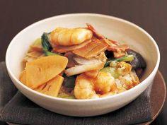 五十嵐 美幸さんの「中華丼」のレシピページです。香りや味を引き出すために、具を湯通し、油通しします。味のポイントは、薄切りのにんにくとしょうがです。 材料: ご飯、むきえび、ゆでたけのこ、帆立て貝柱、焼き豚、チンゲンサイ、白菜、生しいたけ、にんにく、しょうが、合わせ調味料、スープ、水溶きかたくり粉、揚げ油