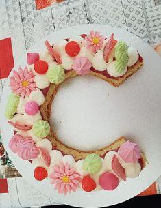 tartas letra Mom Cake, Cake & Co, Cake Cookies, Cupcake Cakes, Alphabet Cake, Cake Lettering, Fiesta Cake, Dacquoise, Heart Cakes