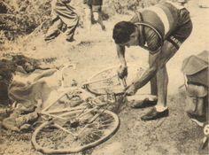 Tour de France 1952. 3^Tappa, 27 giugno. Le Mans > Rouen. Fine dei sogni di gloria per Giovanni Corrieri (1920-2017), costretto a fermarsi per una foratura. Sarà quarto al traguardo a oltre 6 minuti dai primi [Le Miroir des Sports. L'Histoire du Tour '52]