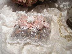 Sachet senteur Esprit Shabby Chic en dentelle blanche brodée et fleurs de satin