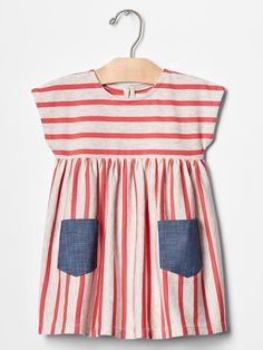 Striped pocket dress Gap – this should be a nice of July dress. Whether you … - Baby Dress Fashion Kids, Little Girl Fashion, Little Girl Dresses, Girls Dresses, Baby Dresses, Robe Diy, 4th Of July Dresses, Diy Dress, Dress Sewing