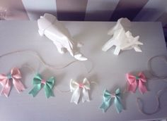 DIY bows, lots of bows! Crochet Wreath, Diy Crochet, Felt Flowers, Crochet Flowers, Bow Garland, Diy Finger Knitting, Tutu Decorations, Roving Yarn, Felt Bows