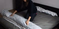 The trick to change the duvet cover effortlessly (VIDEO) .- Il trucco per cambiare il copripiumino senza sforzo (VIDEO) – GreenMe.it The trick to change the duvet cover effortlessly (VIDEO) - Bedding Sets Online, Luxury Bedding Sets, Down Comforter, Comforter Sets, How To Make Fire, King Size Duvet, Cheap Bed Sheets, Ideas Para Organizar, Cool Tables